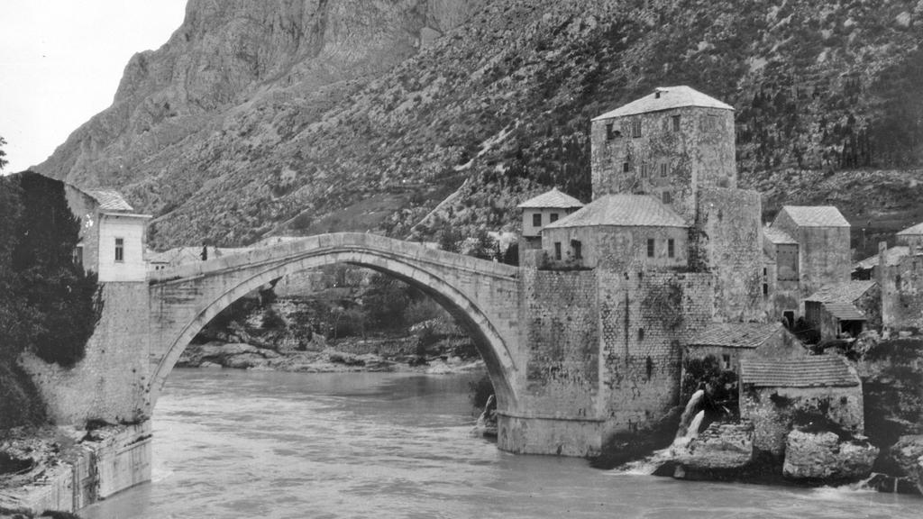 Starý most v Mostaru, který zničili Chorvaté v roc…