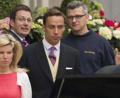 Bratr nevěsty James opouští hotel Goring, ve kterém Middletonovi strávili poslední noc před svatbou